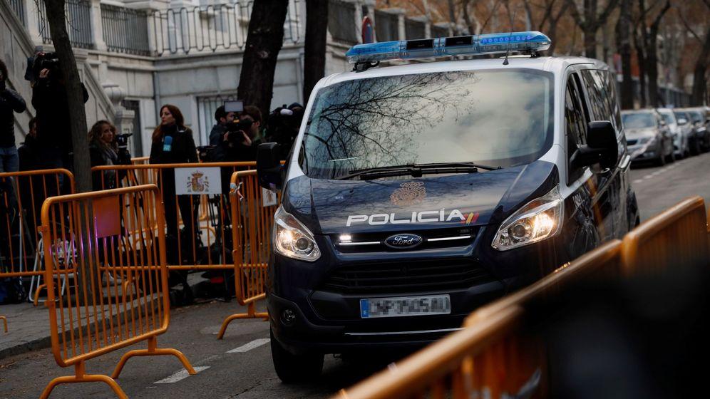 Foto: Un furgón de Policía Nacional, a su llegada al Tribunal Supremo. (EFE)
