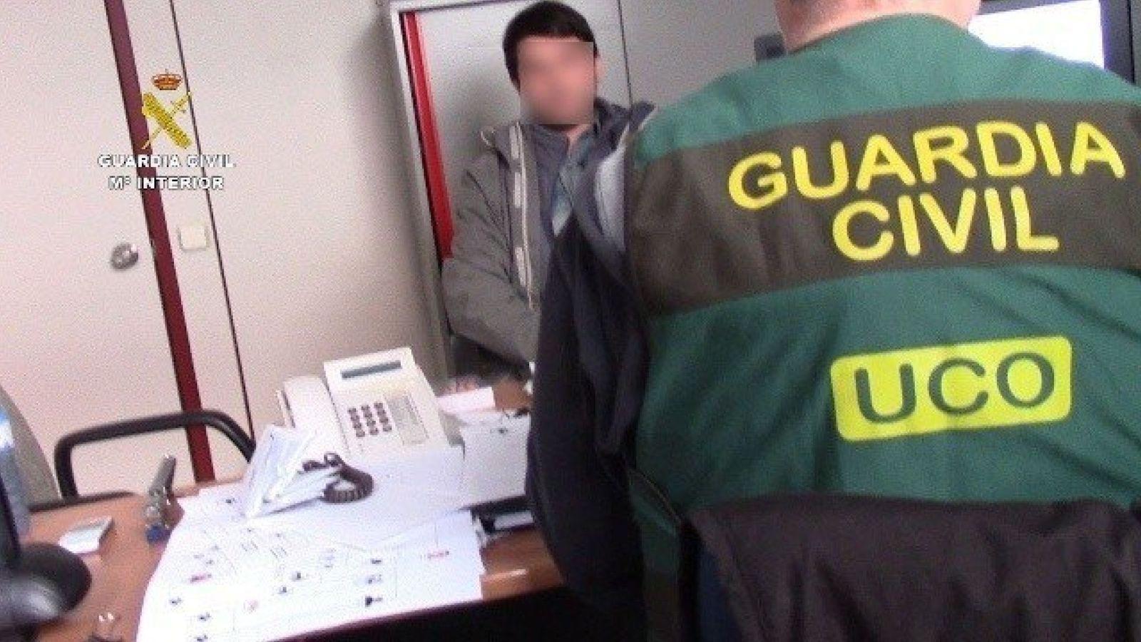 Foto: Fotografía facilitada por la Guardia Civil de la detención, el pasado día 13 de enero en Barcelona, del 'hacker' ruso Stanislav Lisov. (EFE)