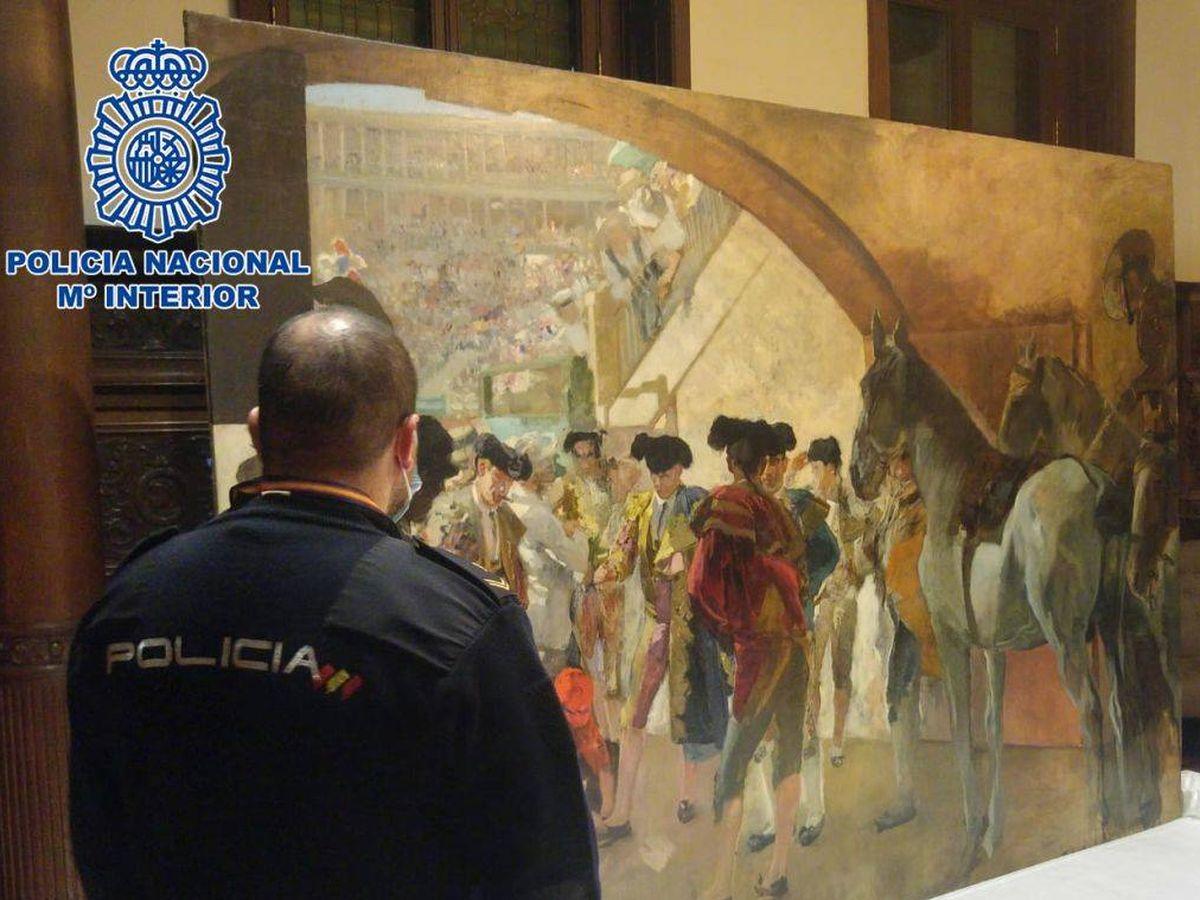 Foto: Un agente, junto al cuadro recuperado. (Policía Nacional)