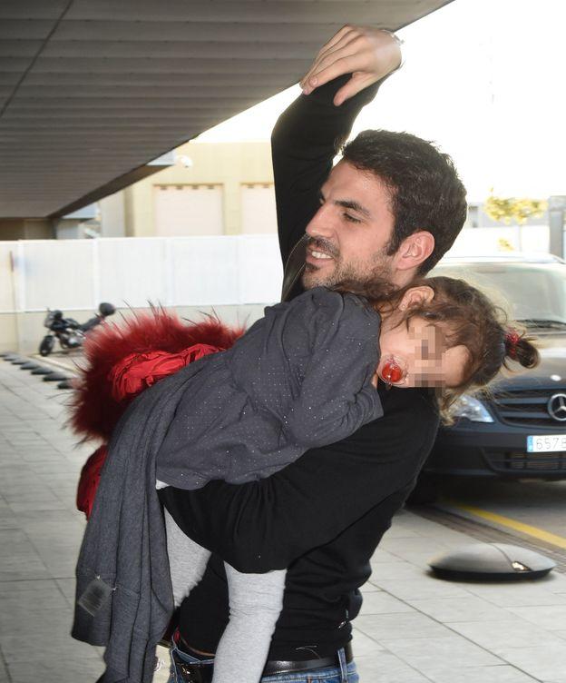 Foto: El futbolista Cesc Fàbregas junto a su hija, Lia (Gtres)
