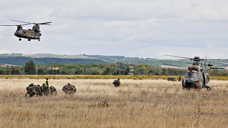 Paracaidistas listos para embarcar. Al fondo, el Chinook en vuelo. (Juanjo Fernández)