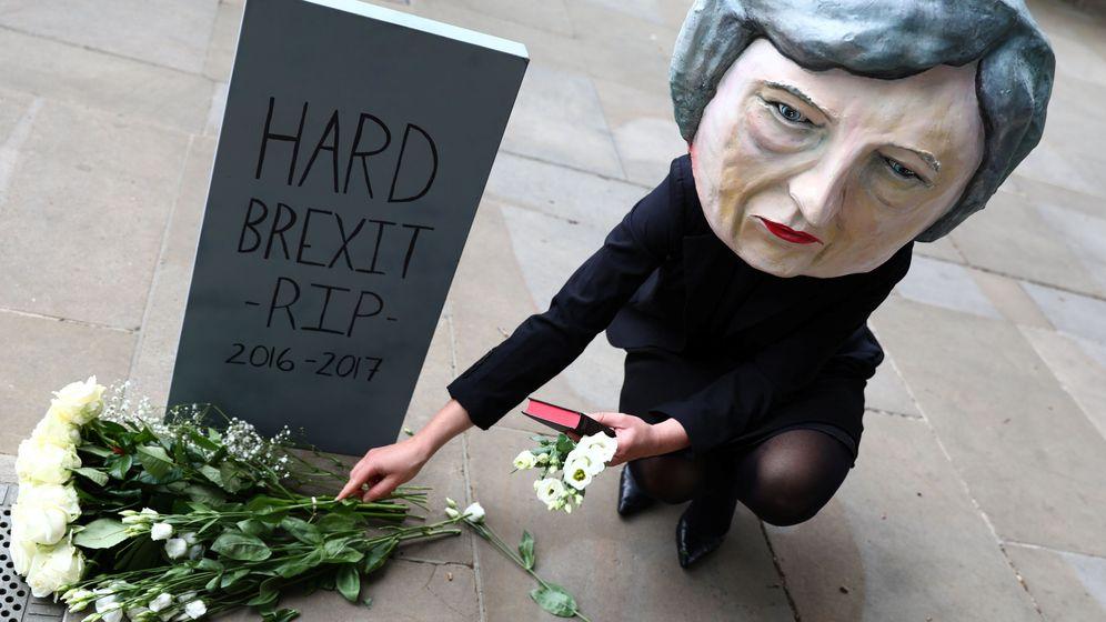 Foto: Un manifestante con una máscara de Theresa May posa fuera de Downing Street, el 9 de junio de 2017. (Reuters)