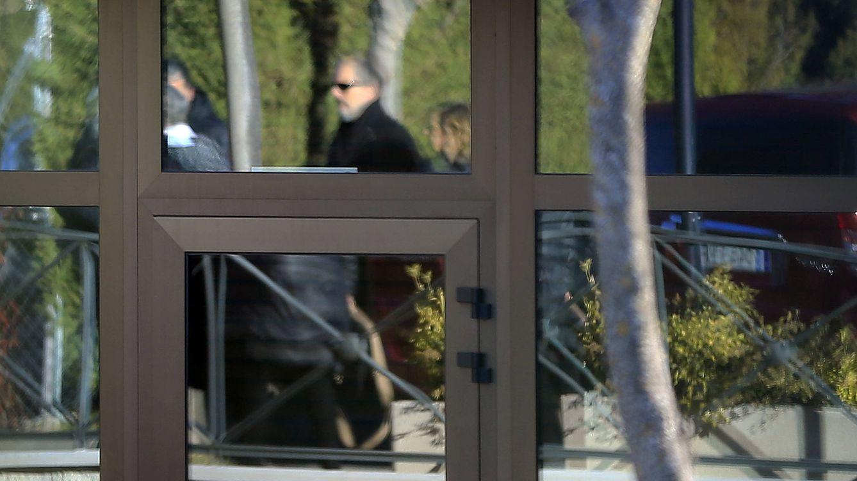 Miguel Bosé acude al funeral de su sobrina, Bimba Bosé, pero por la puerta de atrás