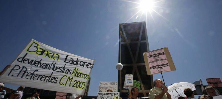 Foto: Protesta de afectados por las preferentes de Bankia (EFE)
