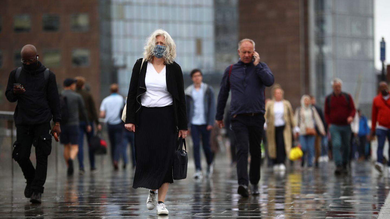 Varias personas pasean por el centro de Londres. (Reuters)