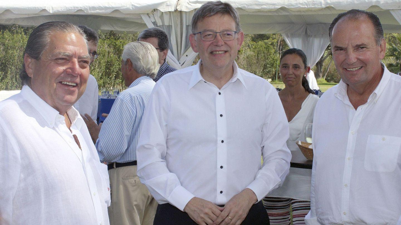 Ximo Puig, ayer, con Vicente Boluda (i) y José Vicente Morata (d), en un almuerzo con empresarios en la Albufera de Valencia. (Efe)