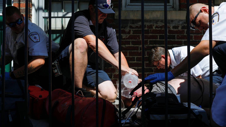 Intervención del equipo médico ante una sobredosis en Boston. (Reuters)