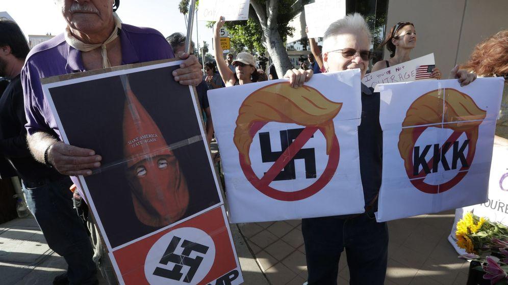 Foto: Manifestantes se reúnen frente a la oficina del representante de EEUU para pedir destitución de Trump y en solidaridad con las víctimas de Charlottesville. (eFE)