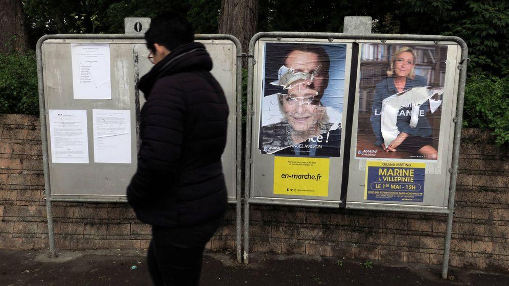 Foto: Una mujer pasa ante carteles electorales de Macron y Le Pen en Cambrai, Francia. (Reuters)