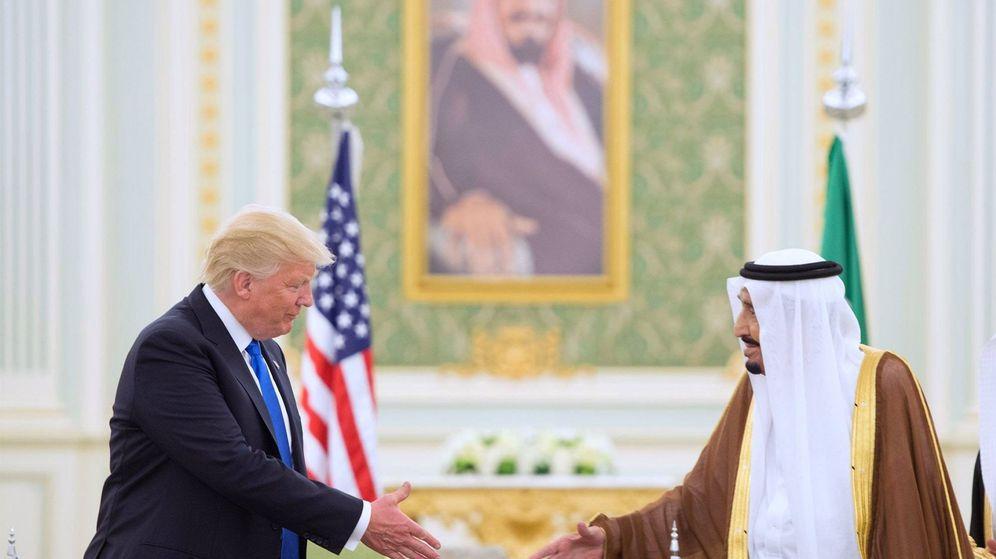 Foto: Choque de manos del presidente de EEUU, Donald Trump, con el rey saudí Salman, durante su visita a Riad. (EFE)