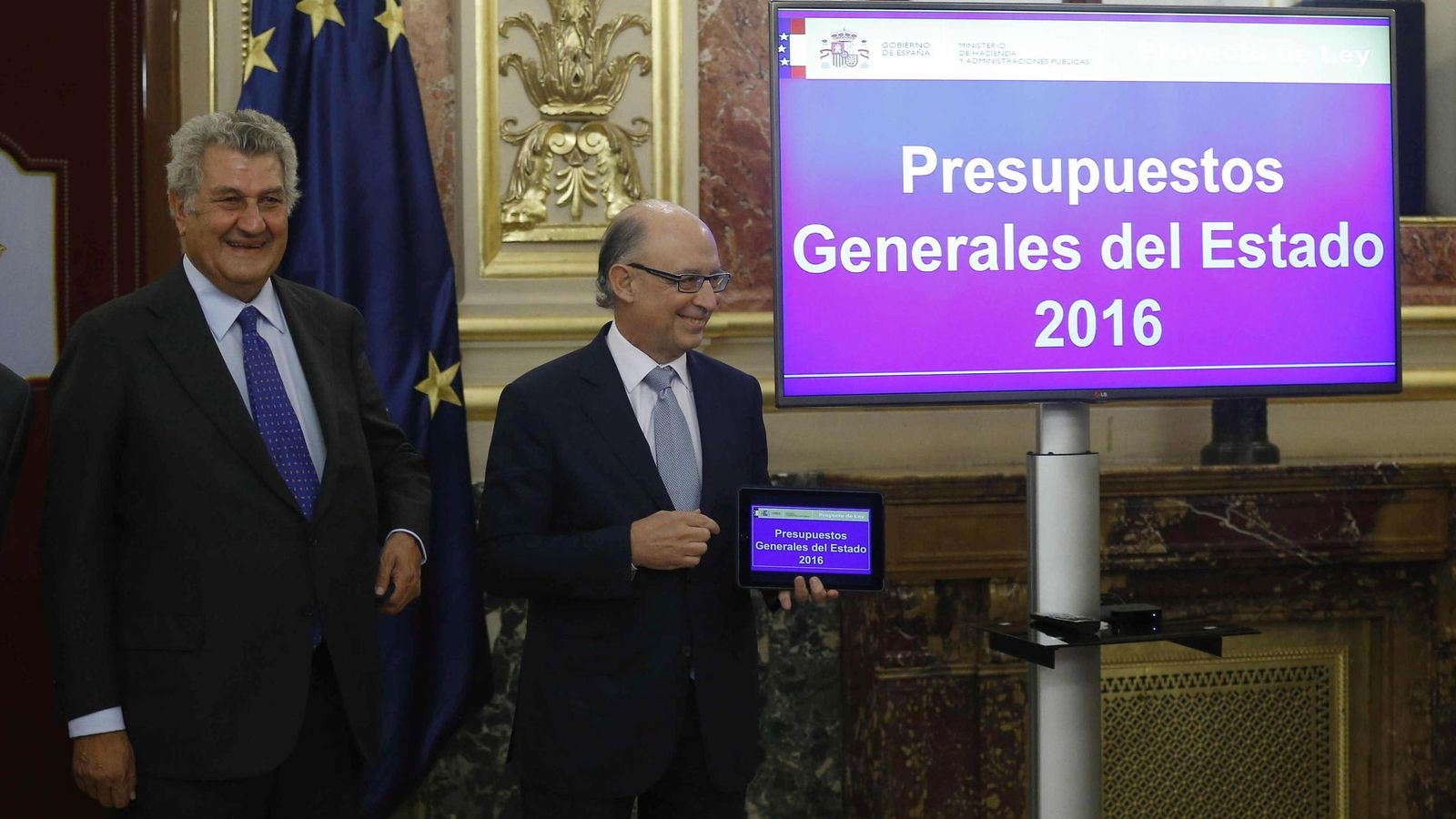 Foto: El ministro de Hacienda, Cristóbal Montoro y el presidente de la Cámara Baja, Jesús Posada durante la presentación de los Presupuestos Generales del Estado 2016. (Efe)