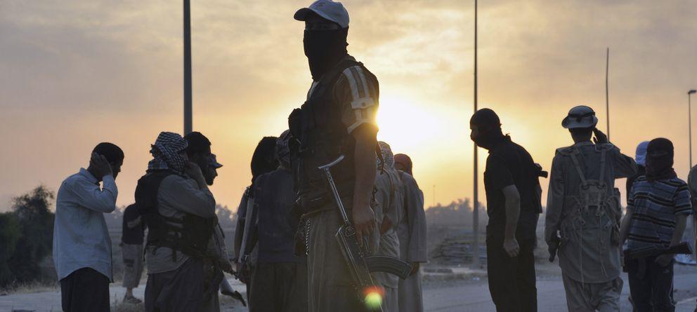 Foto: Milicianos del ISIS hacen guardia en un check-point en la ciudad de Mosul, al norte de Irak. (Reuters).