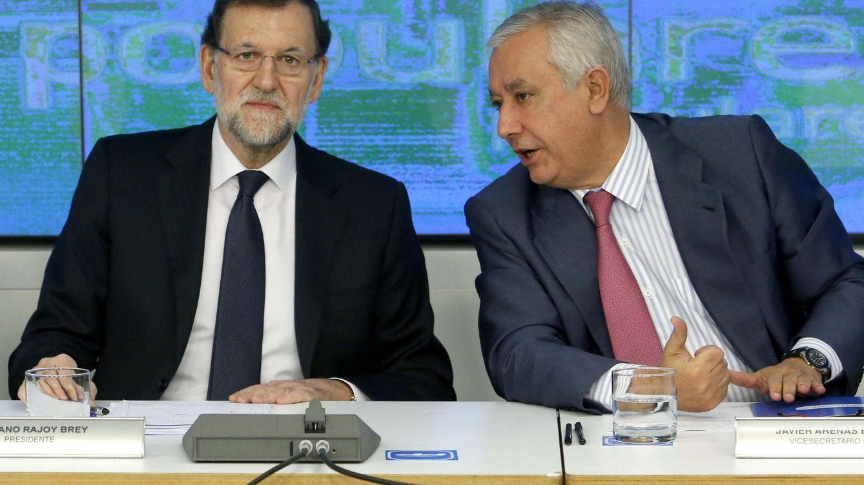 Foto: El presidente del Gobierno, Mariano Rajoy (i), junto al vicesecretario general del PP, Javier Arenas (d). (EFE)