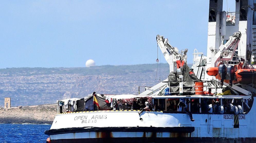 Foto: El baco Open Arms en la costa italiana. (Reuters)