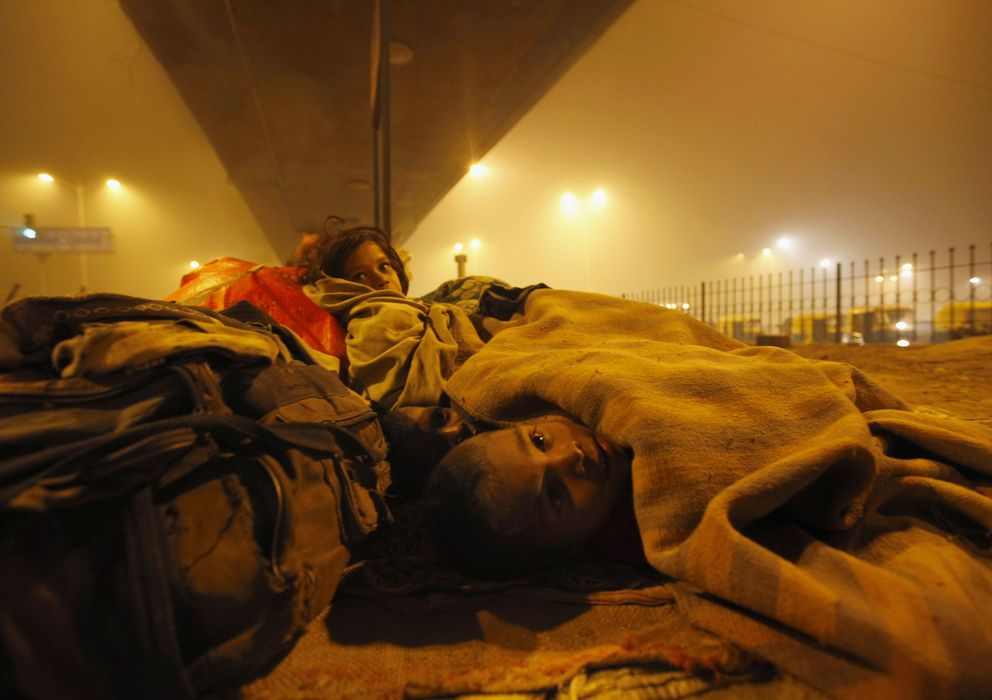 Foto: Niños vagabundos se protegen del frío en una calle de Nueva Delhi, India, en enero de 2010. (Reuters)