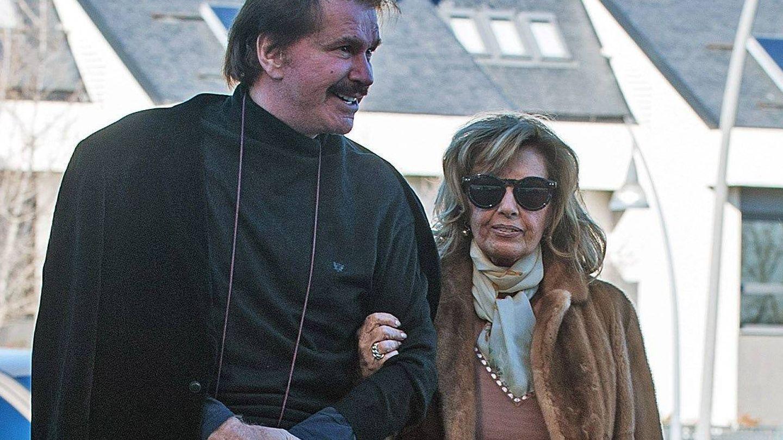 Teresa Campos y Bigote Arrocet disfrutan juntos de una jornada de rebajas. (Cordon Press)