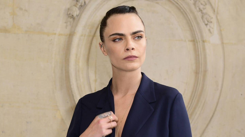 Cara Delevingne, con delineado borroso, llegando a un desfile de Dior. (Getty)
