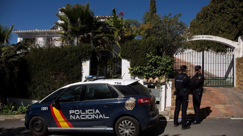 Foto: La Policía Nacional custodia la casa donde se encontró a la mujer, de 58 años. (EFE)