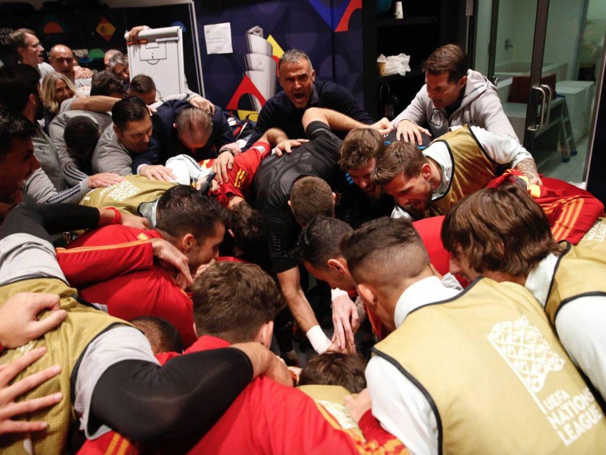 Foto: Luis Enrique y los jugadores se animan tras la derrota. (@pablogsacristan)
