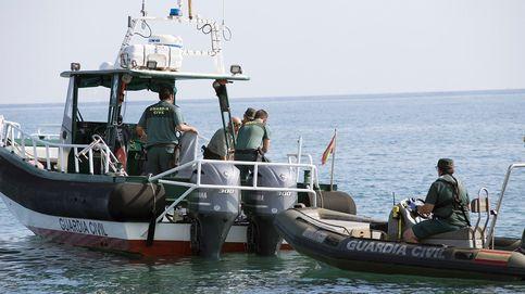 Hallan el cadáver de un hombre encadenado a unos bidones bajo el agua en Granada