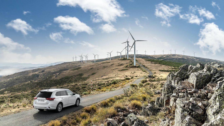 El motor de gasolina del Outlander le permite llegar allí donde la autonomía del eléctrico no lo hace.