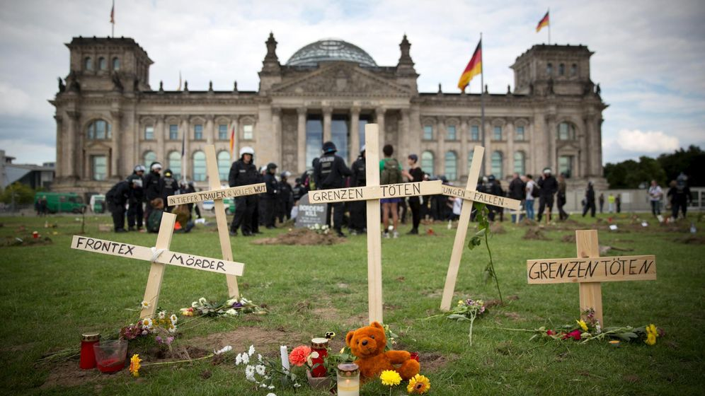 Foto: Tumbas simbólicas de refugiados frente al Bundestag durante una protesta celebrada en Berlín el 21 de junio de 2015 (Reuters).