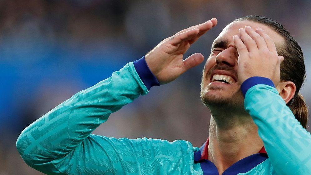 Foto: Antoine Griezmann se lamenta durante el partido contra la Real Sociedad. (Efe)
