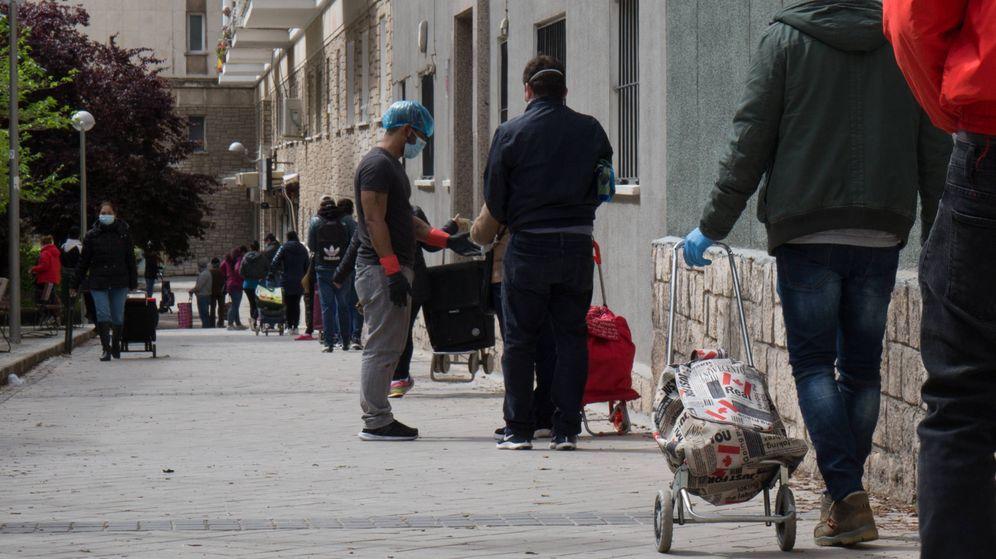 Foto: Parte de la cola para pedir alimentos en la Fundación Madrina, este viernes. (David Brunat)