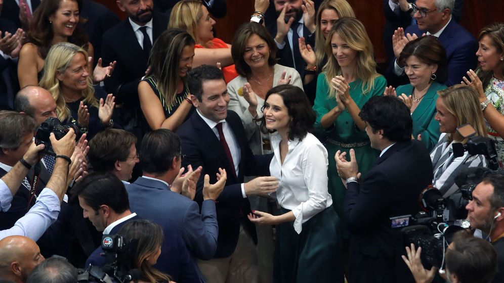 Foto: Isabel Díaz Ayuso, en el centro, es felicitada por miembros del PP en la Asamblea de Madrid. (EFE)