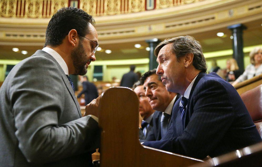 Foto: Antonio Hernando charla con el portavoz parlamentario del PP, Rafa Hernando, en el pleno del Congreso del pasado 23 de noviembre. (Reuters)