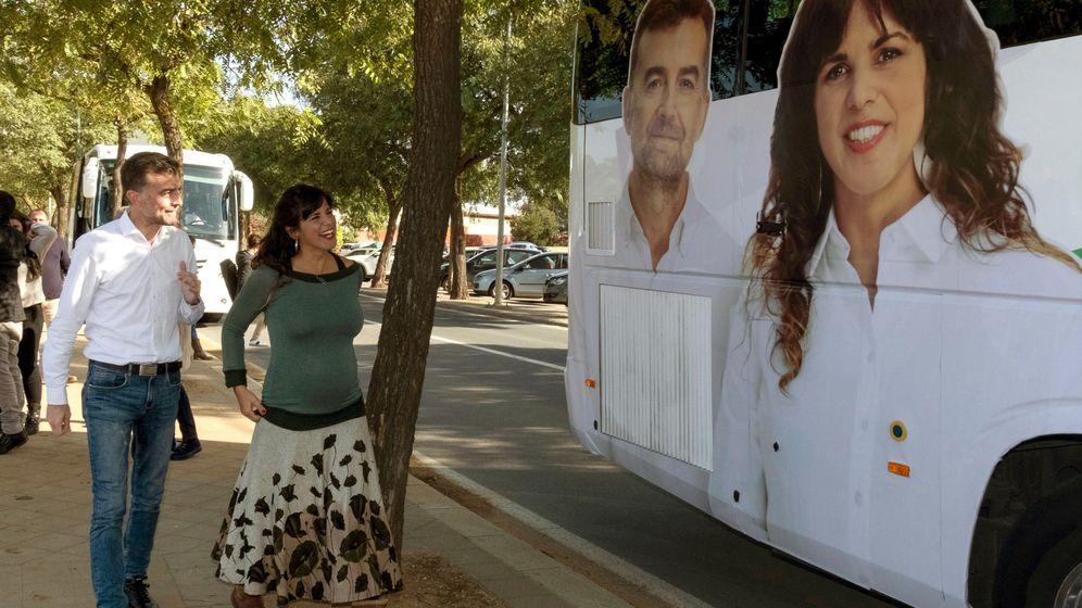 Foto: La candidata a la Presidencia de la Junta por Adelante Andalucía, Teresa Rodríguez, junto al cabeza de lista de la formación por Sevilla, Antonio Maíllo. (EFE)
