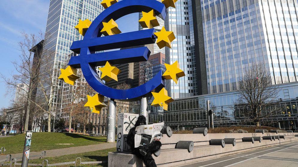 Foto: Escultura del euro en fráncfort (EFE)