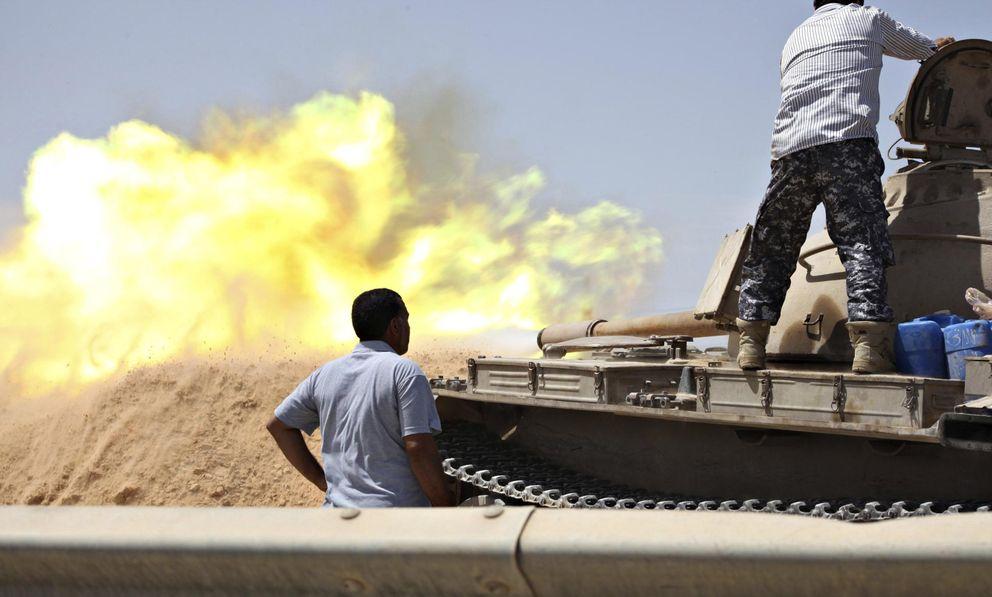 Foto: Un tanque de un grupo vinculado a las Libya Shield Forces dispara durante combates con milicias enemigas en el Cuartel 27, al oeste de Trípoli. (Reuters)