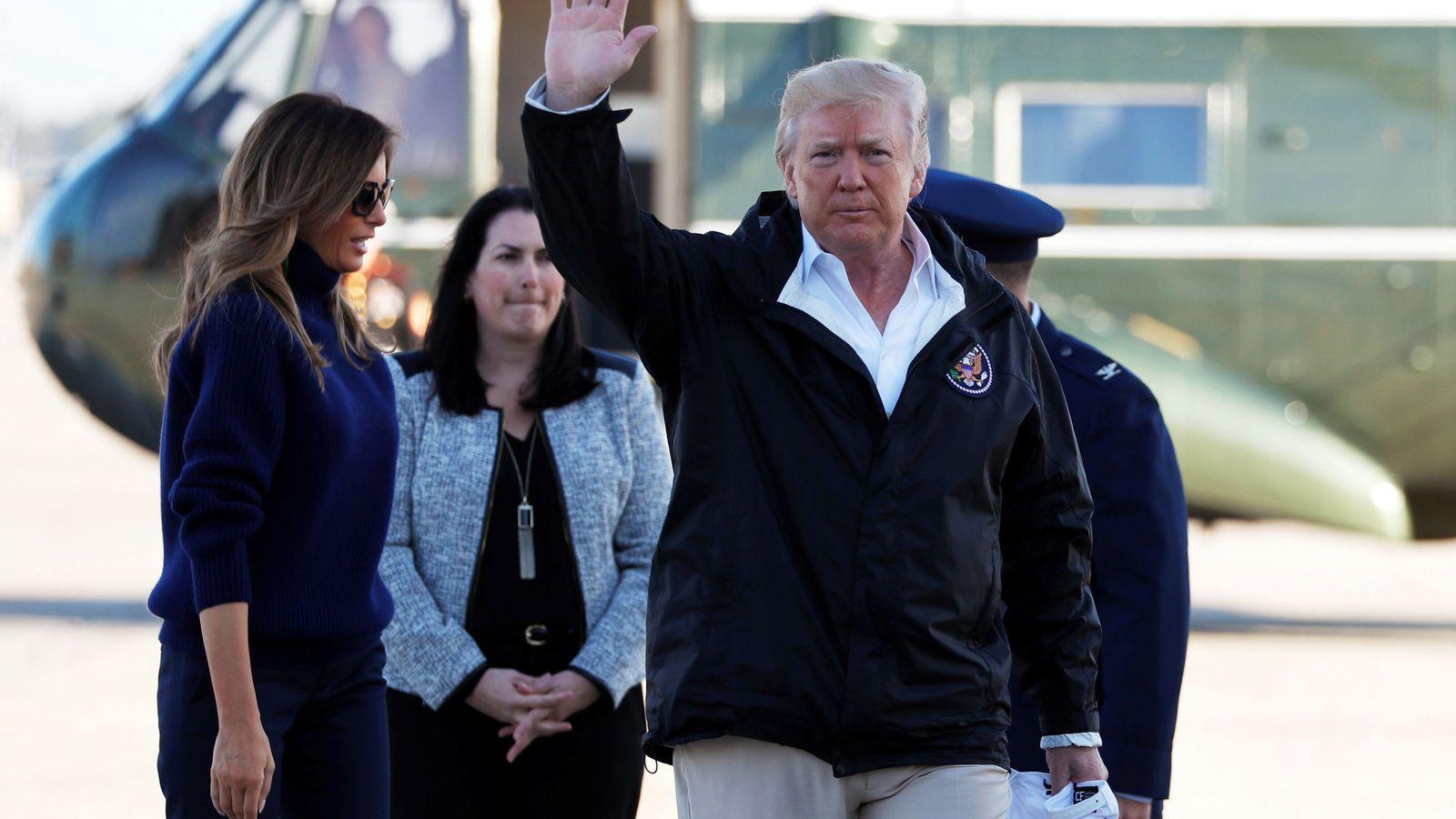 Foto: El presidente Donald Trump saluda a la prensa antes de embarcar en un viaje que le llevará a Puerto Rico y luego a Las Vegas, el 3 de octubre de 2017. (Reuters)