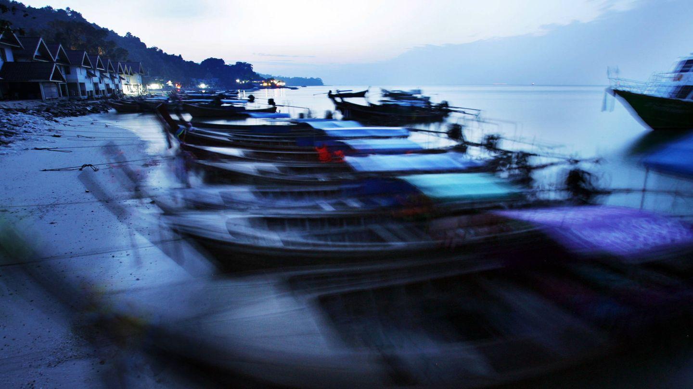 Botes de pesca tradicionales en una playa de la isla de Phi Phi, Tailandia. (Reuters).
