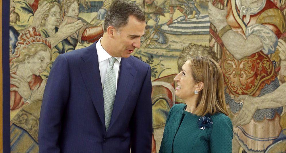 Foto: El rey Felipe conversa con la presidenta del Congreso de los Diputados, Ana Pastor, a quien recibió en audiencia en el Palacio de la Zarzuela. (EFE)
