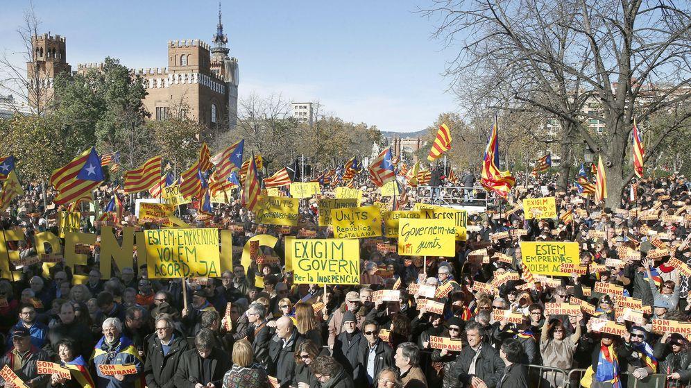 Foto: Movilización de la ANC en noviembre para apoyar a las instituciones catalanas ante el inicio del proceso independentista y reclamar unidad a Junts pel Sí y la CUP. (EFE)