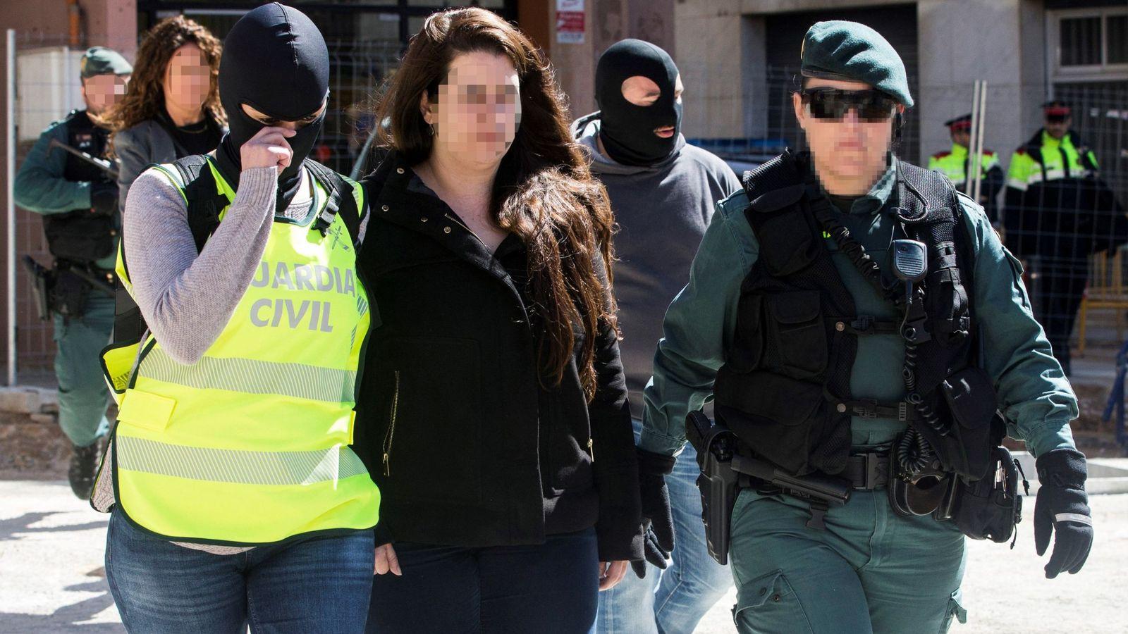 Foto:  Agentes de la Guardia Civil trasladan de su domicilio en la localidad barcelonesa de Viladecans a la activista integrante de los CDR. (EFE)