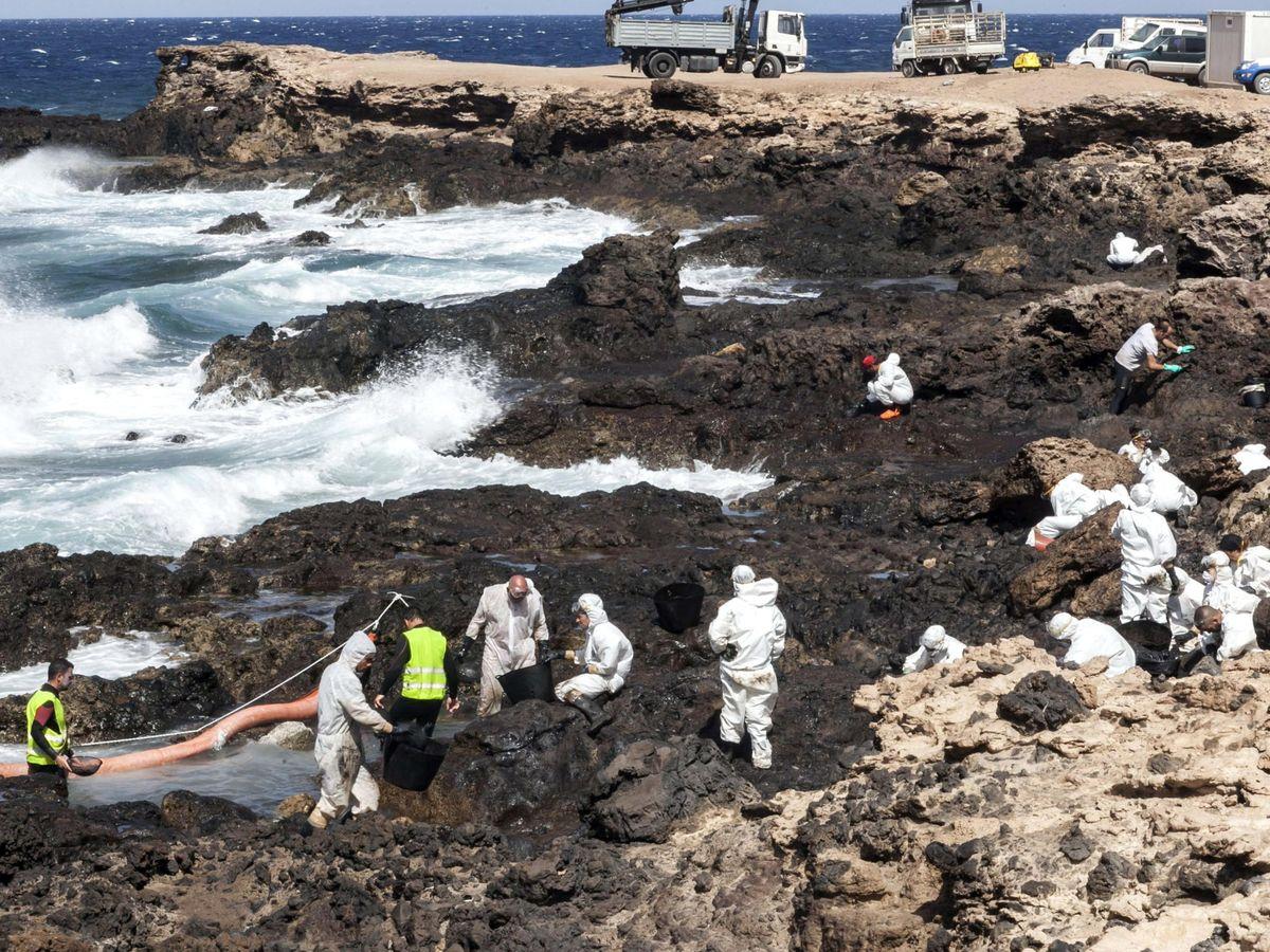 Foto: Limpieza de un vertido de crudo en Gran Canaria. Foto: EFE