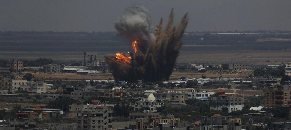 Foto: Las llamas y el humo producidos por un bombardeo del Ejército israelí contra Rafah, al sur de la Franja de Gaza, el martes 8 de julio. (Reuters)