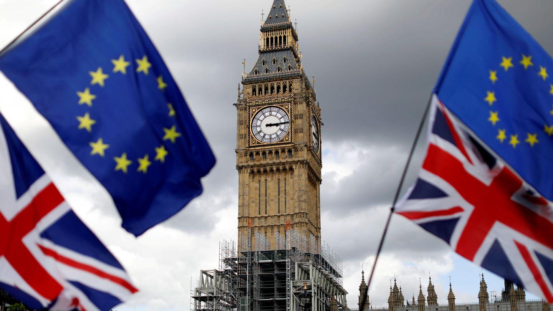 Banderas británicas y europeas con el Parlamento británico de fondo. (Reuters)