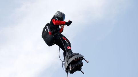 El 'soldado volador' de Macron cae al agua en su intento de cruzar el Canal de la Mancha