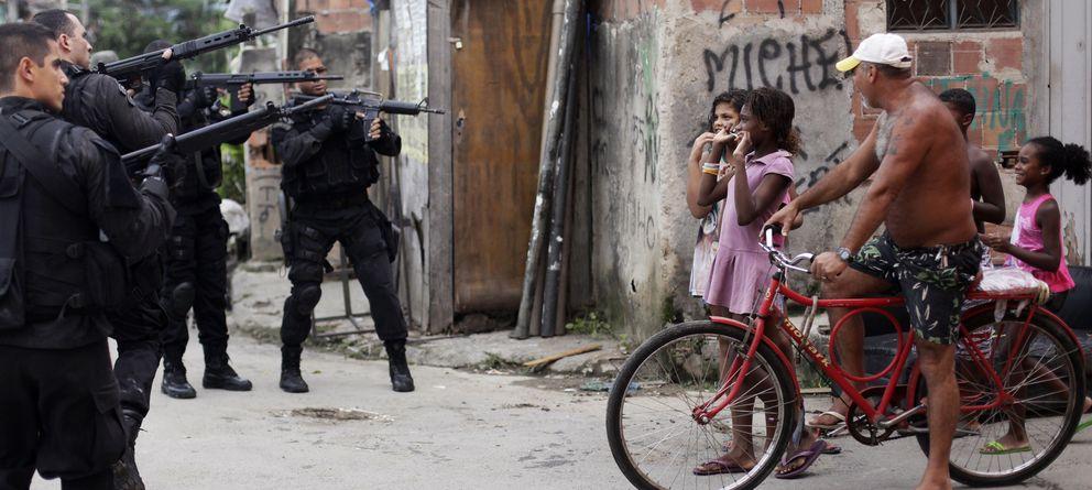 Foto: Residentes de la favela de la Maré, en Río de Janeiro, reaccionan durante una operación policial el pasado marzo (Reuters).