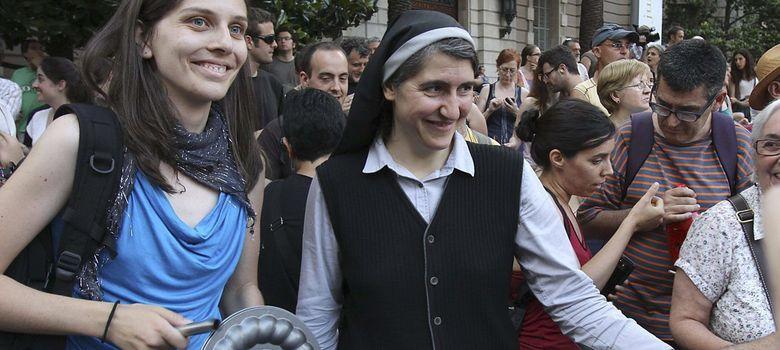 Foto: La monja Teresa Forcades (d), del movimiento Proceso Constituyente, durante una concentración ante la Delegación del Gobierno Cataluña. (EFE)
