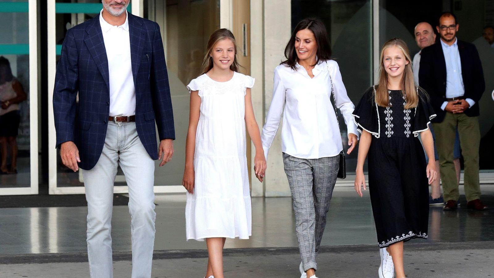Foto: Los Reyes y sus hijas, tras visitar a don Juan Carlos. (EFE)