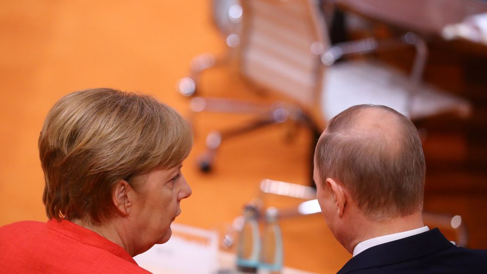 Foto: Angela Merkel habla con Vladímir Putin durante la cumbre del G20 en Hamburgo, en julio de 2017. (Reuters)