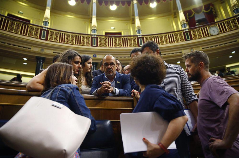Foto: Adriana Lastra, con diputados de Podemos y PDeCAT, este 16 de julio tras la votación de RTVE. (EFE)