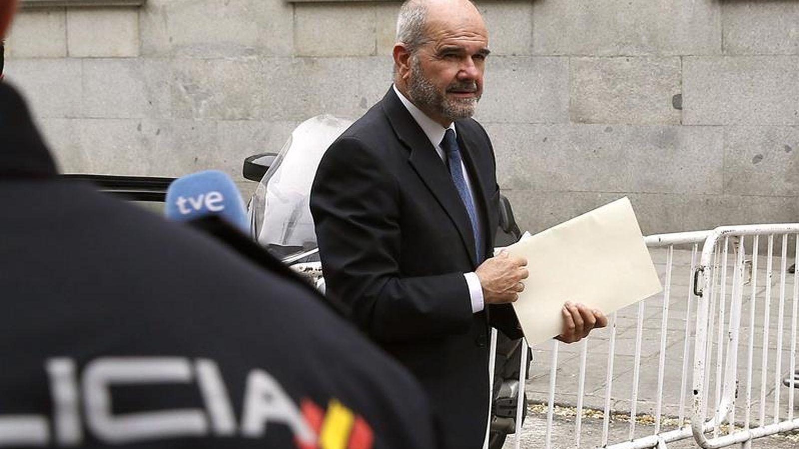 Foto: Chaves, a su llegada al Tribunal Supremo para declarar por el caso ERE (EFE)