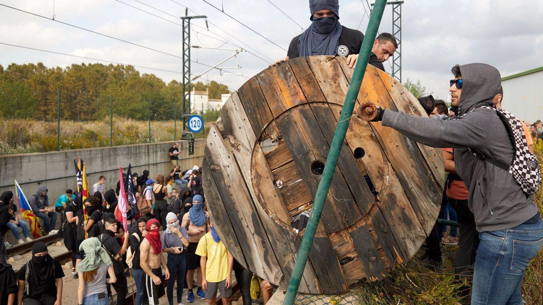 Barricadas en las vías del AVE. (EFE)