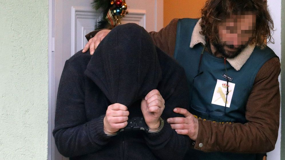 Foto: Efectivos de la UCO trasladan a José Enrique Abuín, conocido como el Chicle, asesino confeso de Diana Quer, tras un registro realizado en su domicilio. (EFE)